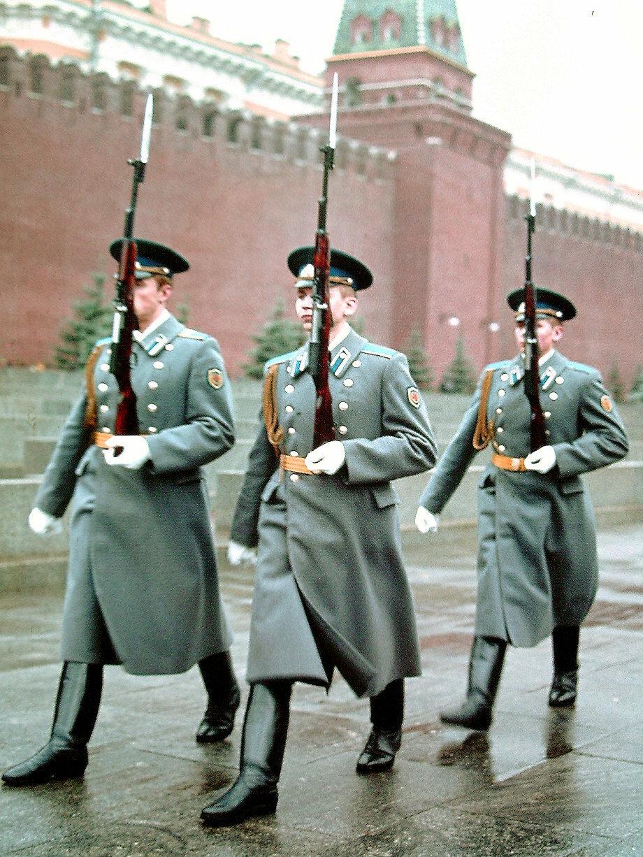 Каждый час происходит смена караула у Мавзолея Ленина на Красной площади