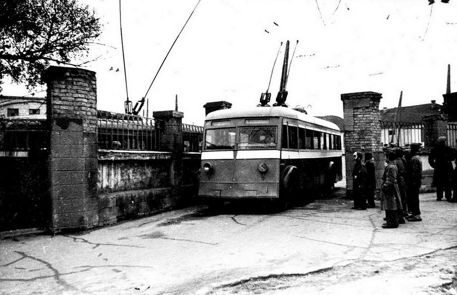 1944.11.05. Первый послевоенный выезд троллейбусов из депо№1 (тогда единственное в городе) на улице Красноармейской