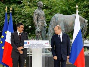 В Париже вандалы осквернили памятник, открытый Путиным