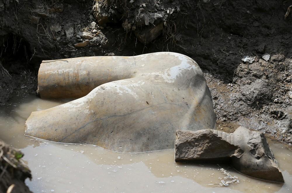 Огромную статую Рамсеса II обнаружили в трущобах Каира