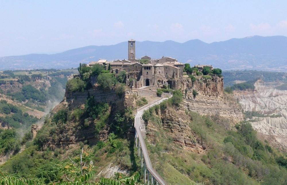 Удивительный город на холме в Италии