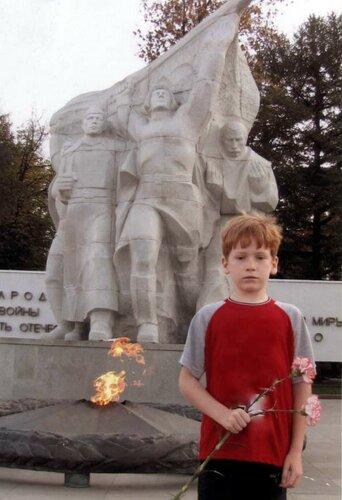 У мемориала в честь 40 летия победы в