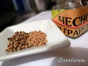 Корианд, горчица и чеснок (сухой) в составе приправы