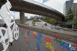 Велосипеды  бегут из города