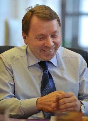 Почему чиновники улыбаются
