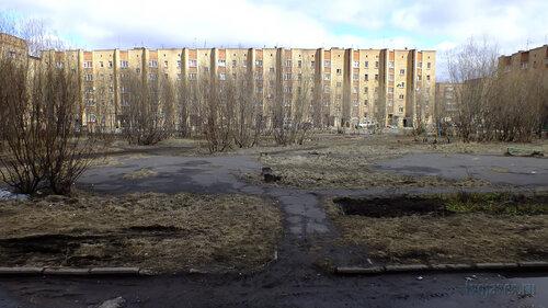 Фотография Инты №4369  Западная сторона Воркутинской 15 (вид на дыор Мира 41 от восточной стены дома) 07.05.2013_13:24