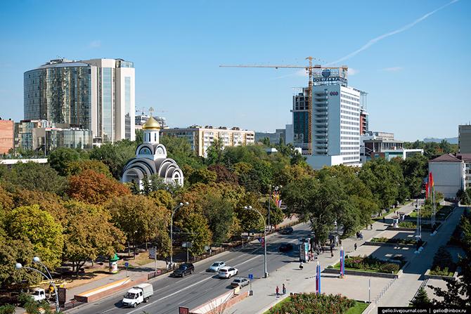 Главная достопримечательность Покровского сквера – это храм. История Покровского храма берет начало