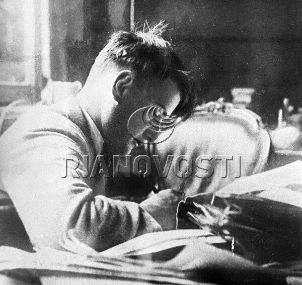 27.09.1929 Игорь Васильевич Курчатов за работой. РИА Новости/РИА Новости