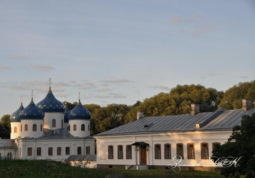 Cвято-Юрьев монастырь, Крестовоздвиженский собор и Орловский корпус.