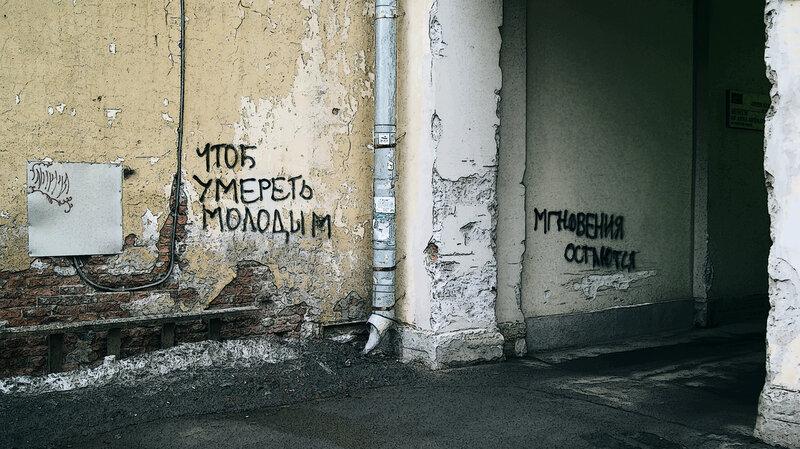 Налево - музей Анны Ахматовой