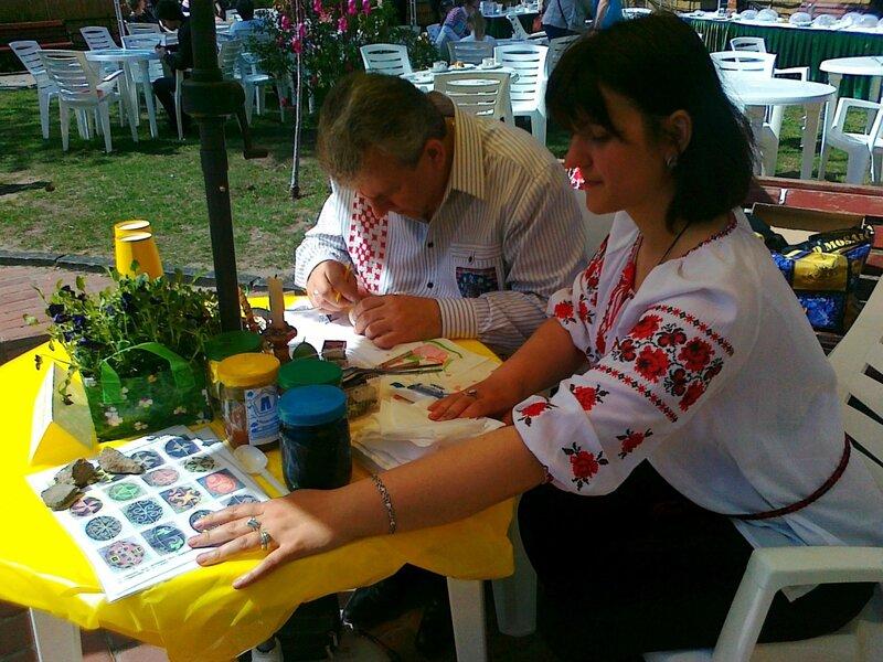 Мэр Сум Геннадий Минаев участвует в конкурсе писанок