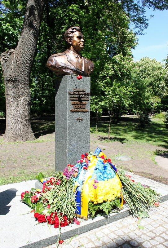 Цветы у памятника Береговому