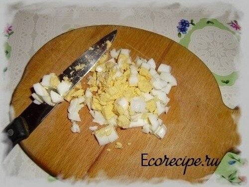 Нарезанный яйца для салата с редиской