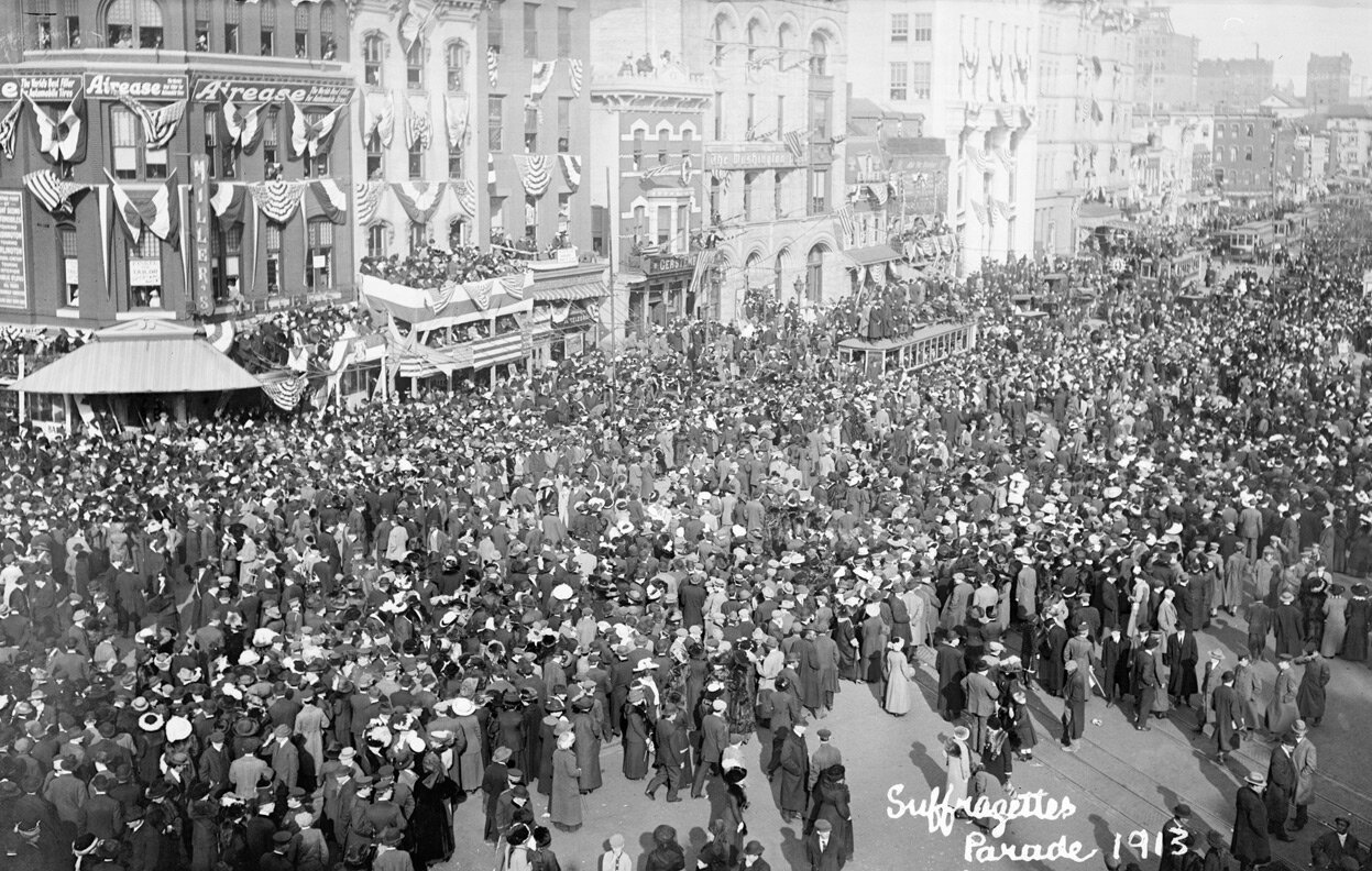 Парад в Вашингтоне. Стенды установлены по случаю инаугурации президента Вудро Вильсона, запланированной на следующий день. 3 марта 1913 года.