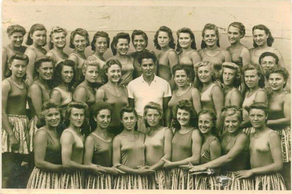 1940-е. Молодой человек в окружении физкультурниц