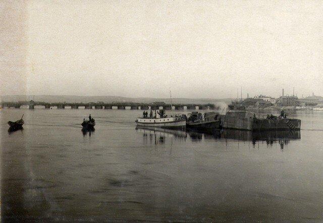Буксировка кессона №1 к месту установки. Март 1933 г.