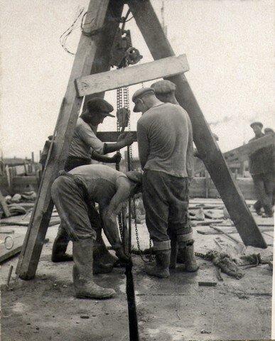 Вытаскивание временных щитов из деформационных швов. Июль 1936г.