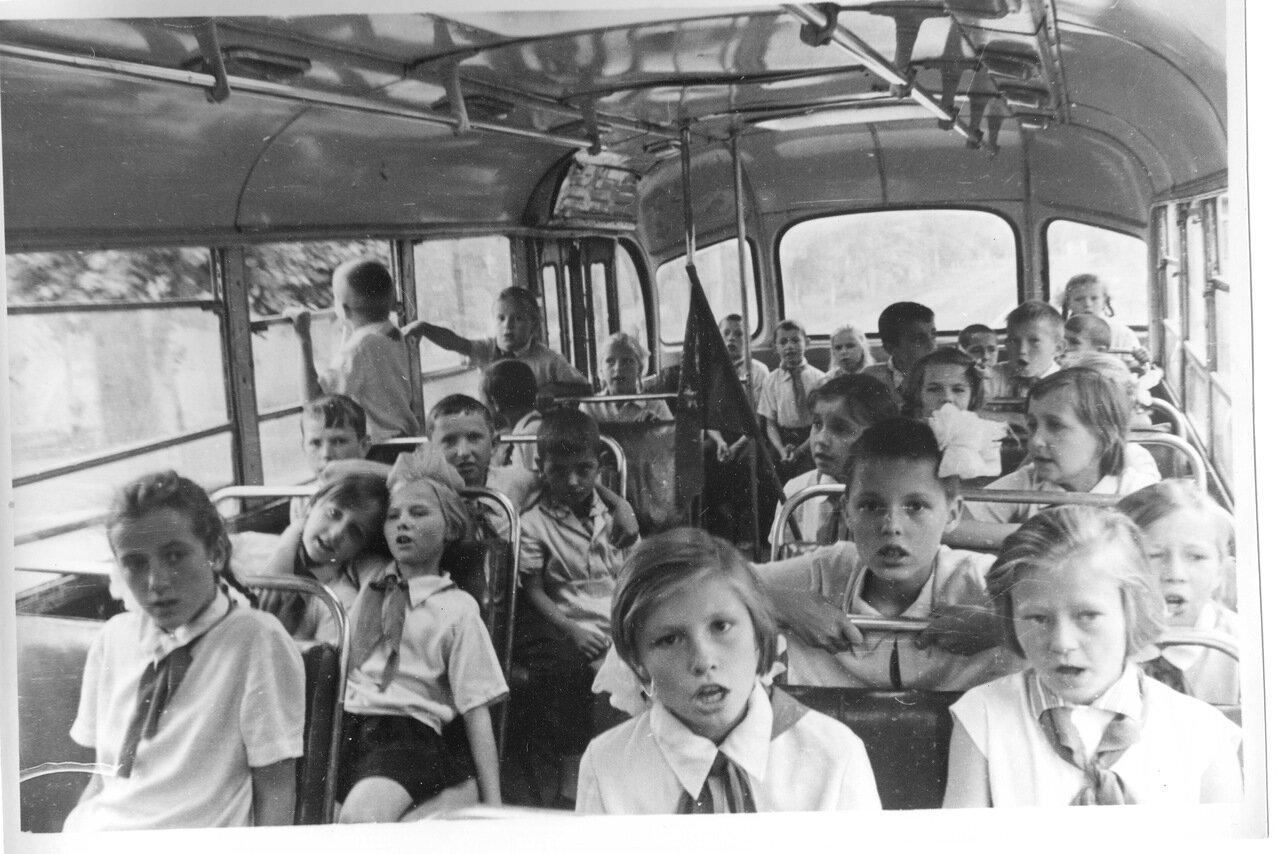 Пионеры в автобусе