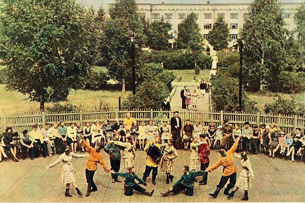 Танцплощадка в Саду Металлургов г. Сталинска конец 30-х