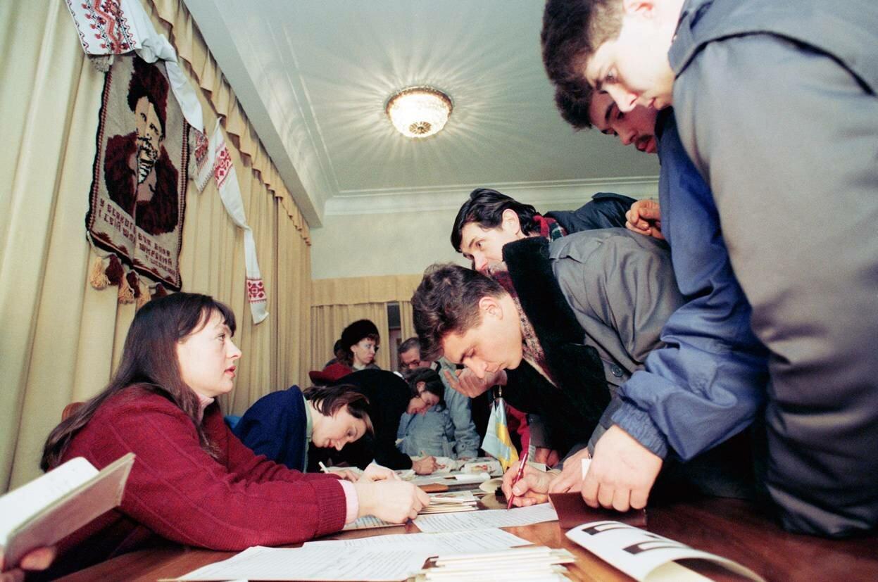 1 декабря 1991. Граждане Украины голосуют на референдуме за выход из состава Советского Союза в посольстве Украины в Москве.