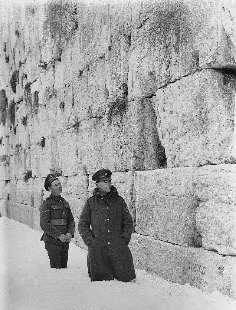 Британские солдаты у Стены Плача. Заснеженный Иерусалим. 20-е гг.