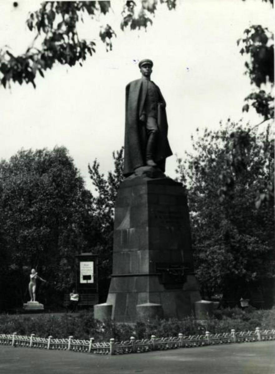 Памятник Харитонову