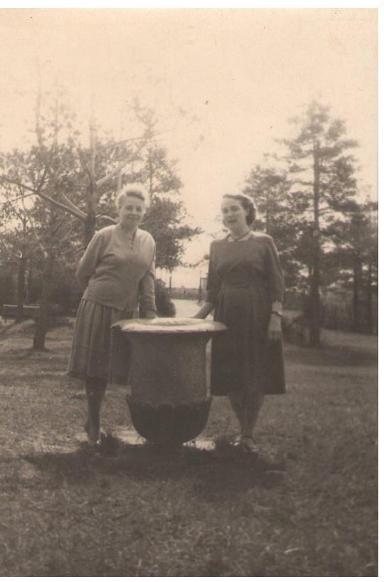 Учительница средней школы №1 П.В.Феофилактова с сестрой мужа в городском парке 1962 г.