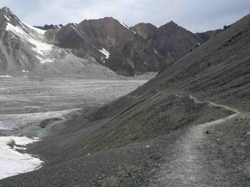 Мельников Сергей, Вид с перевал Аксу Северный на ледник Восточный Аксу. Отсюда мы пришли, тропа справа