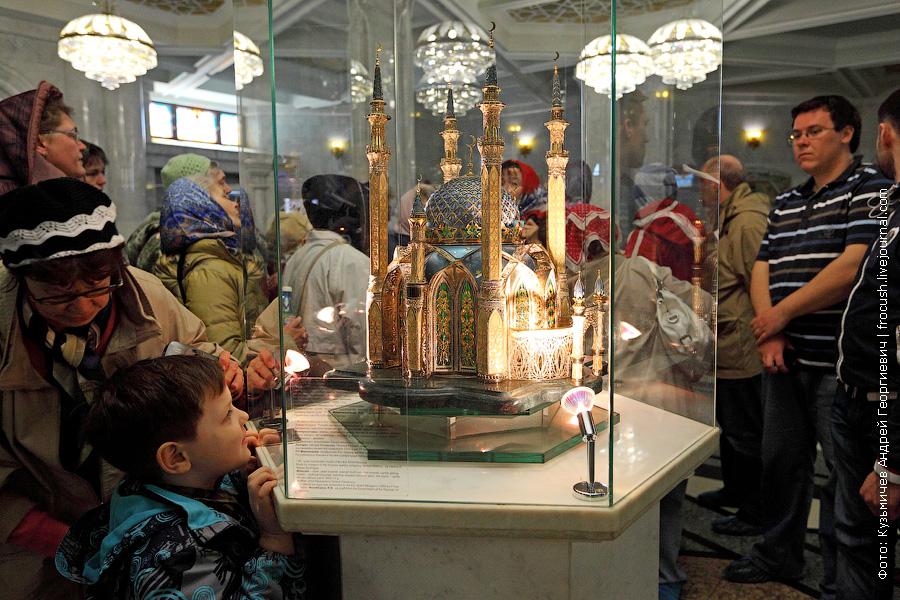 Большой Коран из мечети Кул Шериф переехал в Болгары. На его месте теперь стоит уменьшенная (1:80) модель мечети, выполненная ювелирами из драгоценных металлов