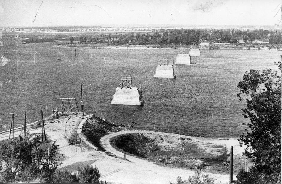 1946.05. Остатки опор моста имени Евгении Бош, взорванного советскими войсками при отступлении из Киева в сентябре 1941 года