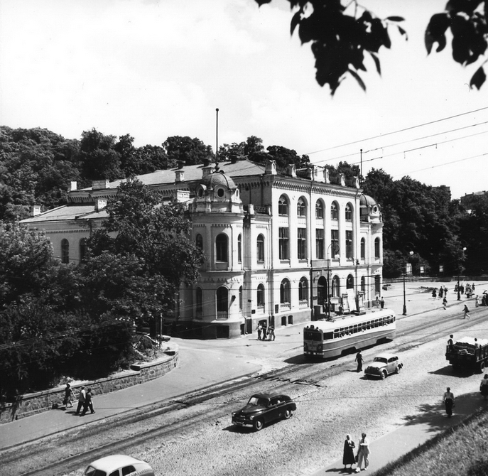 1953. Республиканская филармония (бывшее Купеческое собрание, сейчас Национальная филармония Украины) на площади Сталина (ныне Европейская площадь) и трамвай на владимирском спуске, ведущем на Подол