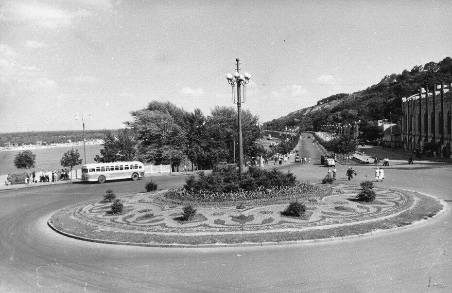 1953.06.07. Большой цветочный газон в центре Почтовой площади