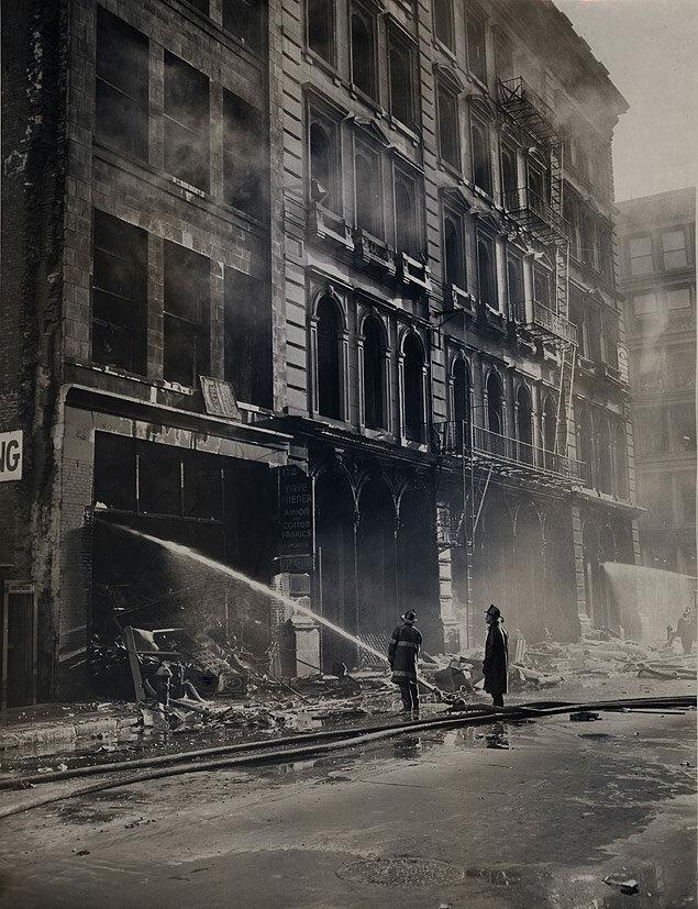 Fires -- New York City -- Broadway and Grand, 9 alarm, 3 firemen dead, 18 Nov. 1960