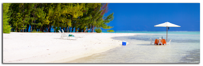 Французская Полинезия. Panoramic photo of a tropical beach with picnic table set in a shallow water. Фото BlueOrange Studio - shutterstock