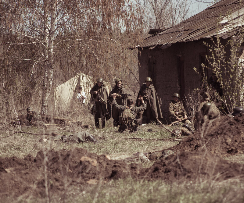 Немецкий солдат сдается красноармейцам