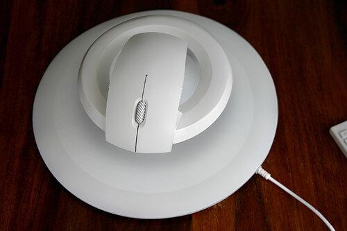 ККомпьютерная мышка, парящая в воздухе