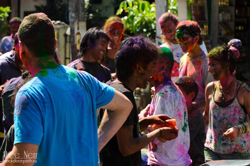 празднование фестиваля холи в покхаре, непал, посыпание друг друга краской