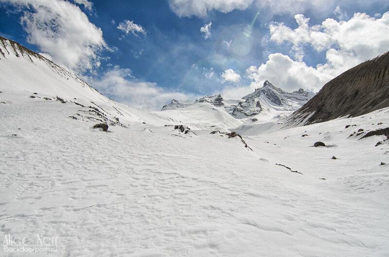Виды на тропе на перевал Торонг-Ла, гималаи, горы, снег
