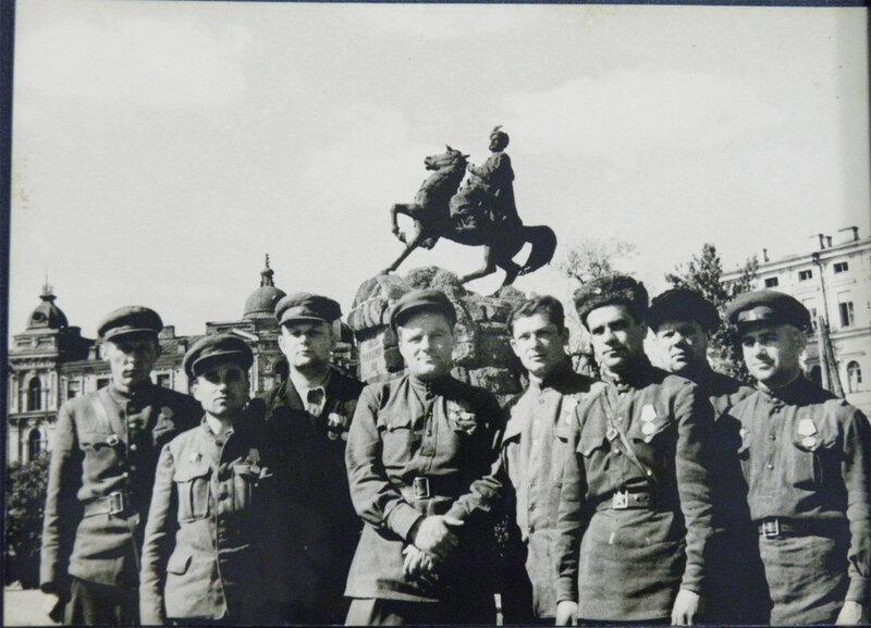 Партизаны на фоне Богдана