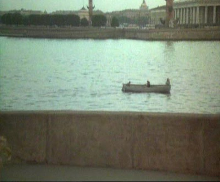 67. Нелегкая заносит лодочку к Стрелке, к Биржевому мосту.