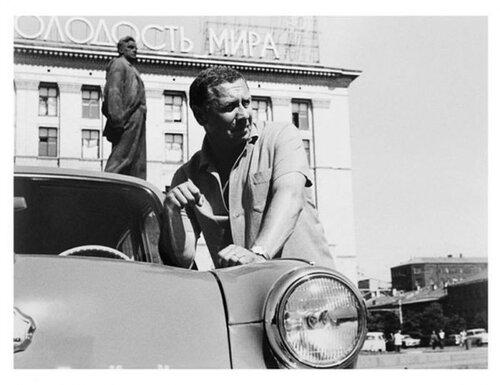 А. Папанов у своего автомобиля
