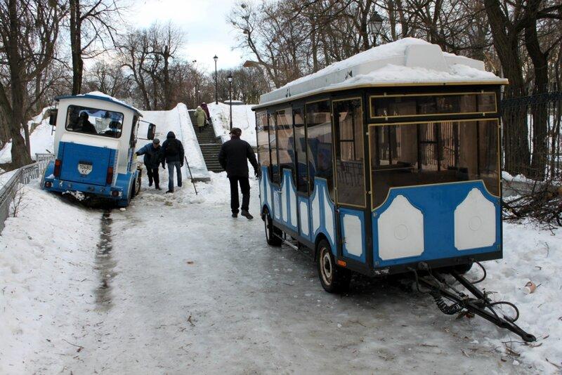 Паровозик в Мариинском парке буксует по льду