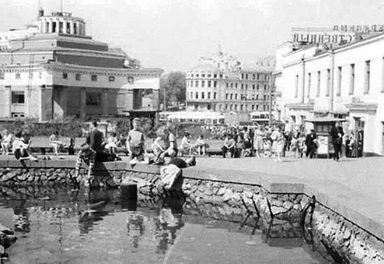 Фонтан на Арбатской площади. Фото. А. С. Потресова, 1956 год.