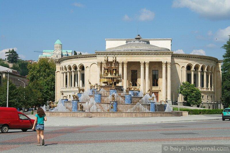 Драматический театр имени Месхишвили и фонтан на площади Кутаиси. На заднем плане собор Баграти