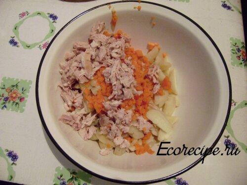 Нарезанный картофель, морковь и курица для салата Оливье