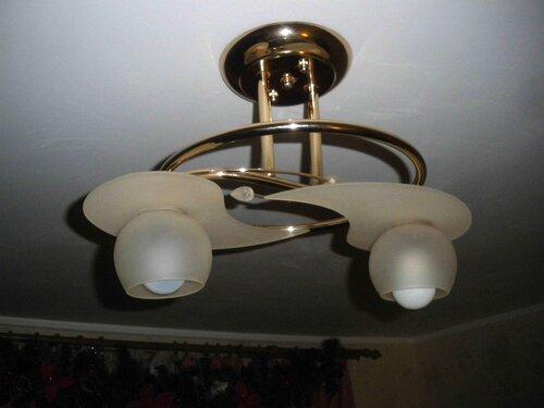 Фото 8. Люстра установлена. В левый патрон вкручена традиционная лампа накаливания, в правый - «энергосберегающая» лампа, стилизованная под лампу накаливания. «Энергосберегающая» лампа некрасиво выступает за пределы плафона.