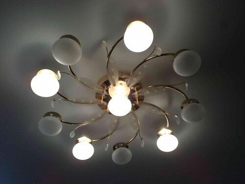Фото 17. Отремонтированная люстра с дистанционным управлением. Включен режим освещения, при котором работает половина ламп.
