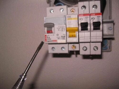 Фото 13. При подключении аварийного электроприбора, дающего утечку тока, сработает устройство защитного отключения (УЗО).