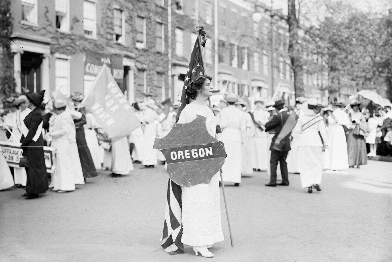 Актриса Маргарет Вейл Хоу участвует в параде в Вашингтоне в марте 1913 года