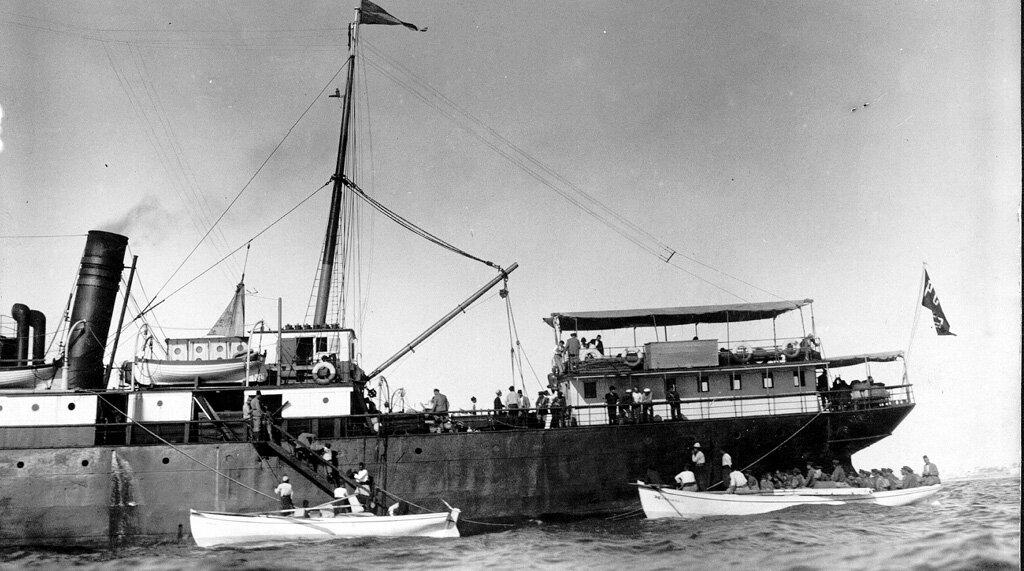 Двести пятьдесят сирот перед отъездом в Армении в 1925 году. Сироты поднялись на борт корабля в Яффо
